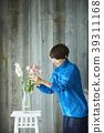 A woman who keeps flowers 39311168