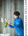 A woman who keeps flowers 39311169