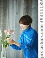A woman who keeps flowers 39311189