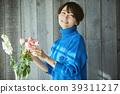 A woman who keeps flowers 39311217