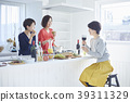 친구들과 식사를하는 여성 39311329
