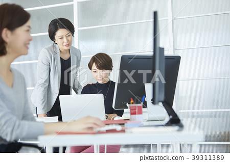 在辦公室工作的女商人 39311389