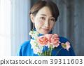 A woman who keeps flowers 39311603