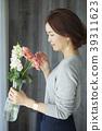 A woman who keeps flowers 39311623