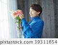 A woman who keeps flowers 39311654