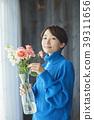 A woman who keeps flowers 39311656