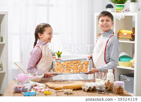 Girl and boy cooking in home kitchen 39324119