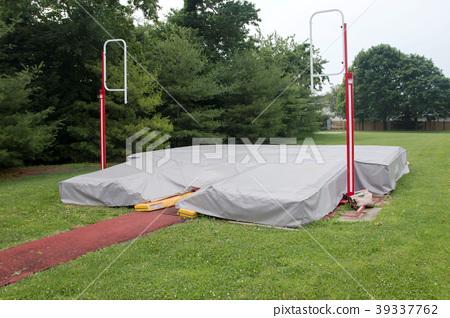 Pole vault pit coverd up 39337762