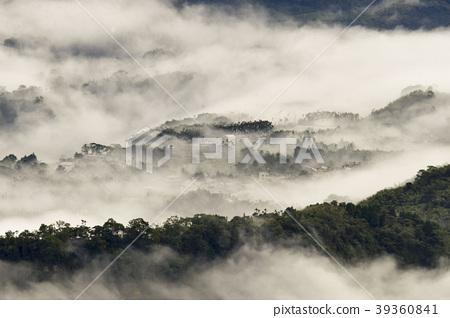 雲海籠繞著群山和山城 39360841