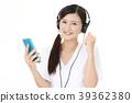 음악을 듣고 웃는 여성 39362380