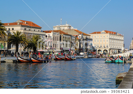 Canal with boats in Aveiro, Portugal 39363421