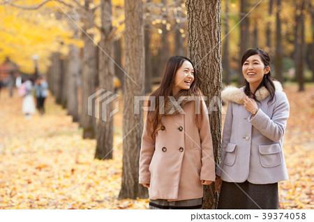 享受秋天假日的兩名婦女 39374058
