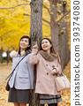 享受秋天假日的兩名婦女 39374080