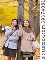 享受秋天假日的兩名婦女 39374081