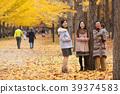 享受秋天假期的父母和孩子 39374583