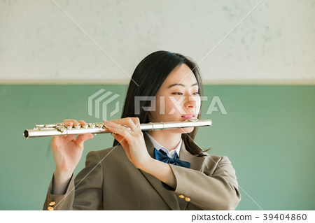 吹長笛的女學生 39404860