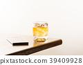 위스키 잠금 스마트 폰과 흰색 배경에 39409928