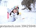 ผู้หญิงกำลังเล่นหิมะ 39425646