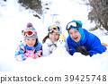 ผู้ปกครองและเด็กเล่นในหิมะ 39425748