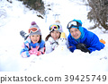 ผู้ปกครองและเด็กเล่นในหิมะ 39425749