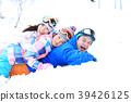 ผู้ปกครองและเด็กเล่นในหิมะ 39426125
