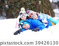 ผู้ปกครองและเด็กเล่นในหิมะ 39426130