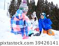 父母和孩子在雪地里玩 39426141
