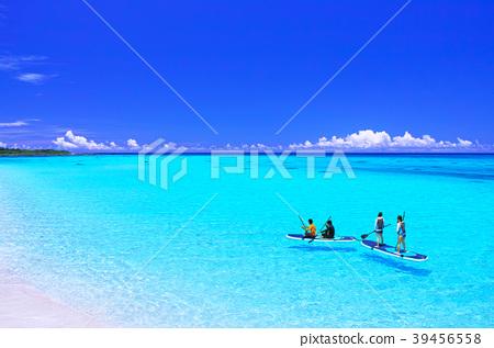 한여름의 미야코 섬 · 기초 공항을 따라 펼쳐지는 아름다운 바다에서 해양 스포츠를 즐기는 사람들 39456558