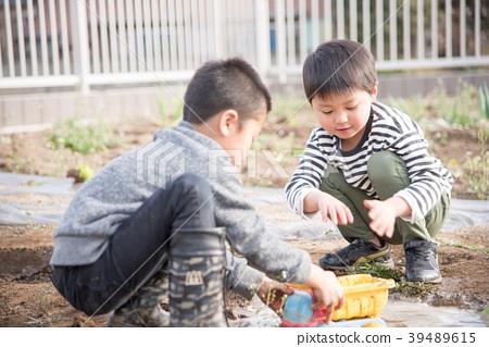 Kid playing mud 39489615