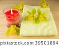 양초와 수건과 녹색 덴드로 비움의 꽃 39501894