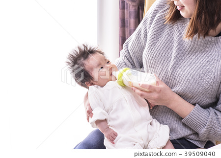웃는 얼굴로 우유를 마시면 아기 수유 이미지 아기와 어머니 39509040