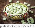 Fresh broad beans 39537311