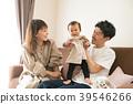 婴儿和微笑的家庭 39546266