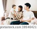 一对年轻夫妇生孩子 39546421