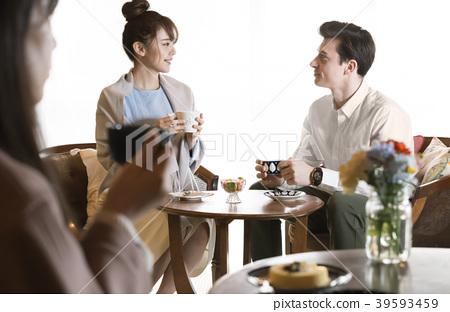 카페에서 차를 마시는 남자 카페에서 차를 마시는 남녀 여자 39593459