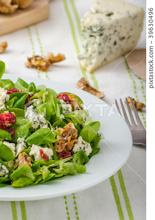 Salad with blue cheese and balsamic dressing 39630496