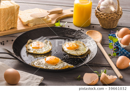 Eggs fried rustic style 39661032