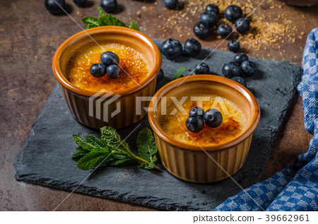 Creme brulee with berries 39662961