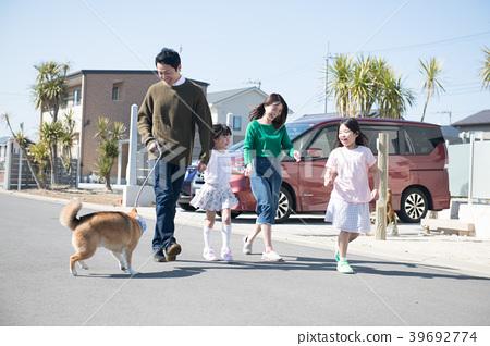 两个小学的孩子姐妹和家人带狗散步 39692774