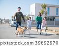 两个小学的孩子姐妹和家人带狗散步 39692970