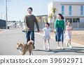 两个小学姐妹和他们的家人散步的Shiba Inu 39692971