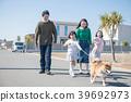 两个小学姐妹和他们的家人散步的Shiba Inu 39692973