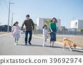 两个小学的孩子姐妹和家人带狗散步 39692974