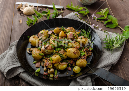 Cowboy potatoes with bacon and herbs 39696519