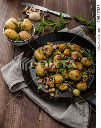 Cowboy potatoes with bacon and herbs 39696528
