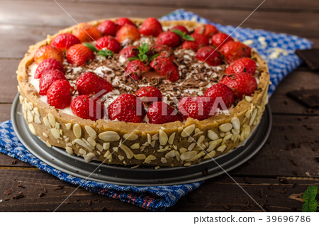 Summer strawberry cheesecake 39696786