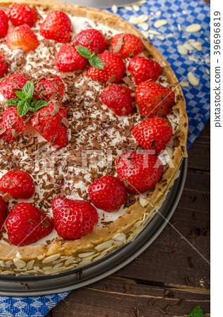 Summer strawberry cheesecake 39696819