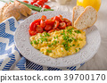 Scrambled eggs with herbs 39700170