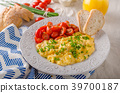 Scrambled eggs with herbs 39700187
