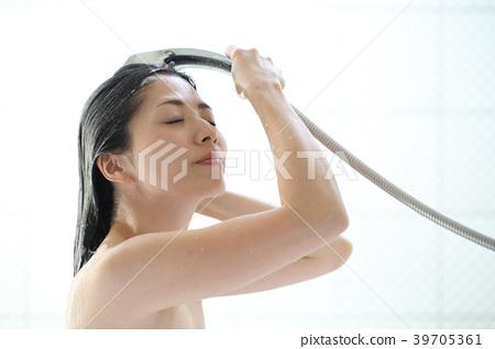 머리를 씻는 여자 39705361